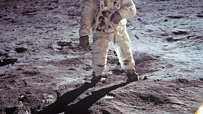 astronaut pe Luna
