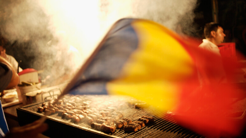 mici pe gratar cu steagul Romaniei