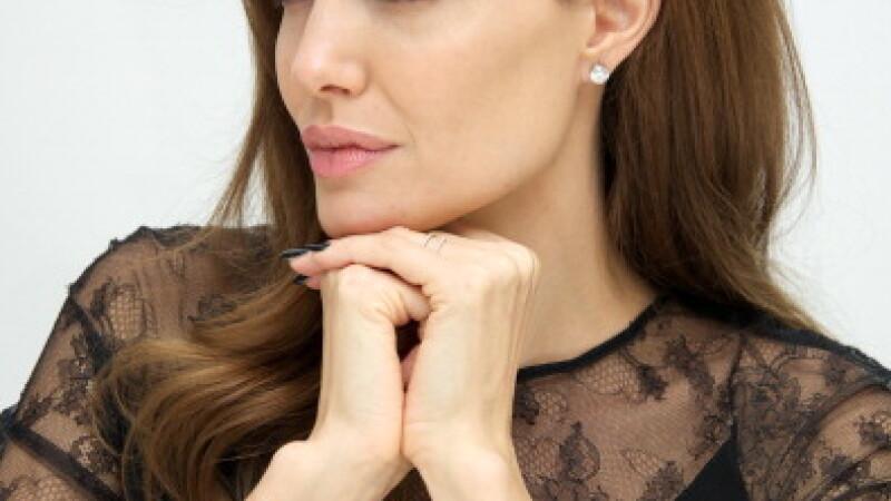 Angelina Jolie s-a imbolnavit de varicela. Actrita a facut anuntul pe YouTube, printr-un mesaj video