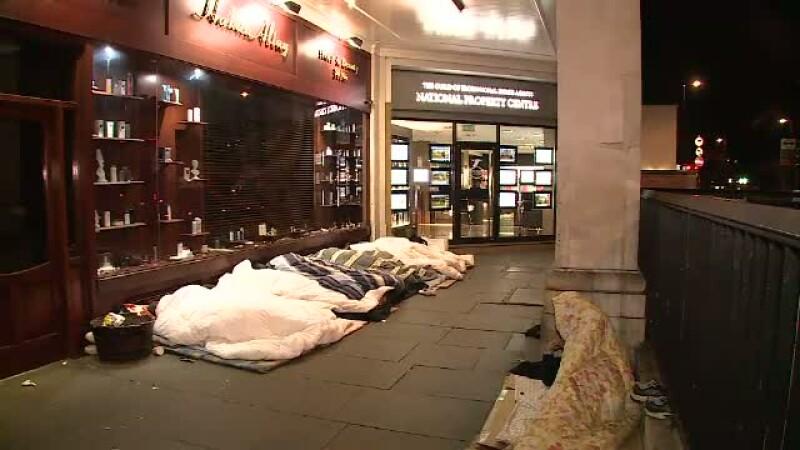 Romanii care stau la coada pentru a cersi, iar noaptea dorm sub vitrinele magazinelor de lux.