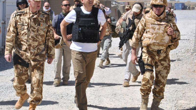 Victor Ponta cu vesta antiglont in Afganistan