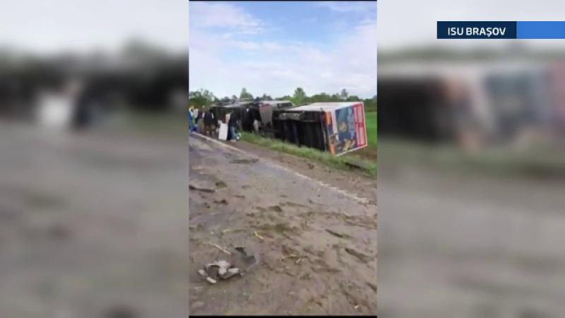 Un autocar cu 25 de turisti s-a rasturnat pe DN1, dupa ce a fost lovit de alt vehicul. Urmarile tragice ale accidentului