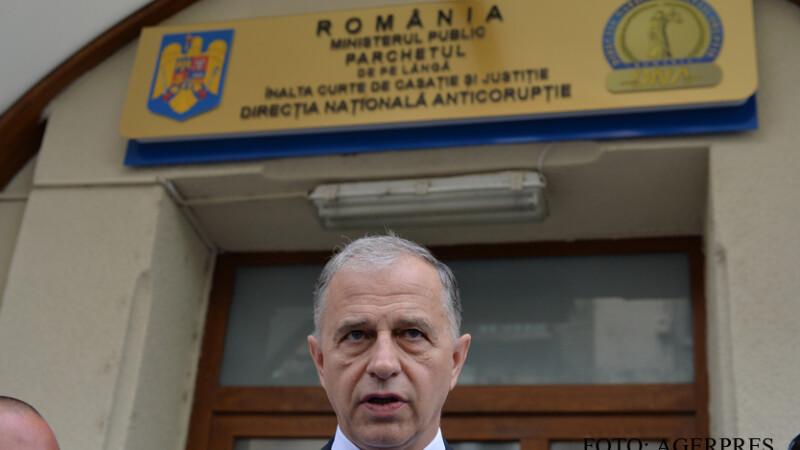 enatorul Mircea Geoana sustine o declaratie de presa in fata sediului Directiei Nationale Anticoruptie (DNA), unde a fost citat intr-un dosar