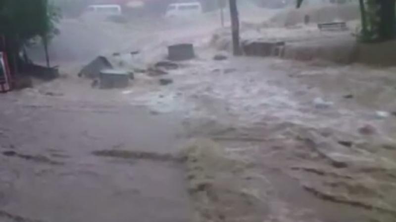 Prapad in vestul Turciei, in urma unei ploi scurte, dar intense. Viiturile au luat pe sus tot ce le-a stat in cale