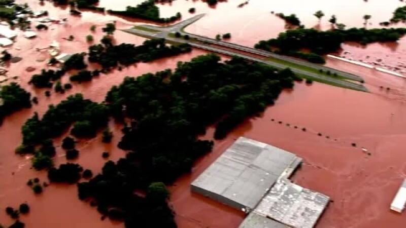 Stare de urgenta in mai multe localitati din SUA. Doi oameni au murit, iar sute de case au fost distruse de inundatii