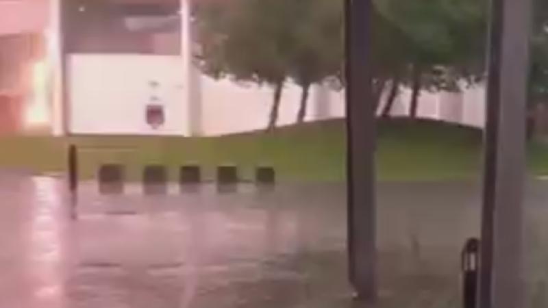 Momentul in care o femeie a fost la un pas sa fie lovita de fulger. Filmarea a ajuns viral pe internet. VIDEO