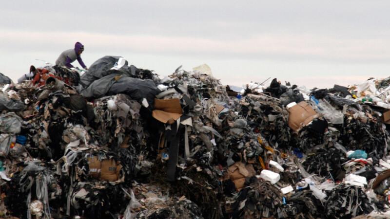 Oameni cauta si sorteaza materiale reciclabile in groapa de gunoi Glina, in judetul Ilfov.
