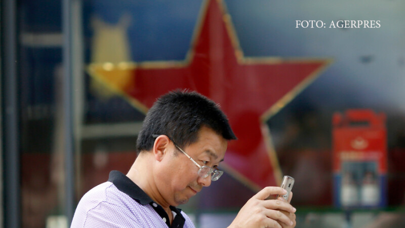 chinez care isi verifica telefonul