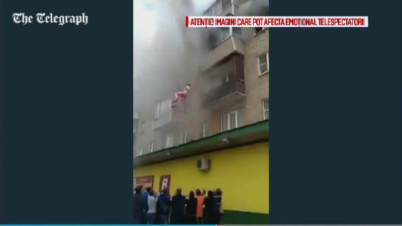 O familie din Rusia a ramas blocata in apartamentul care luase foc. Solutia extrema improvizata de martori pentru a-i salva