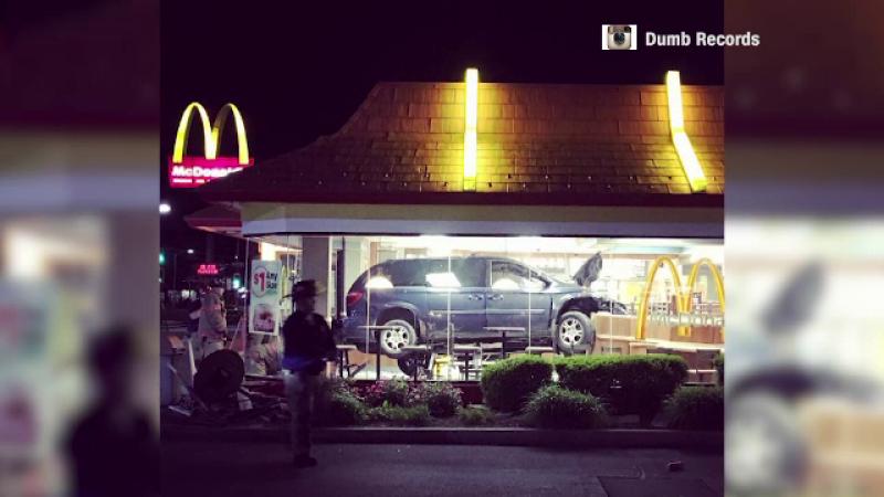 O americanca a intrat cu masina intr-un restaurant, dupa ce a incurcat pedalele. Ce a facut dupa accident