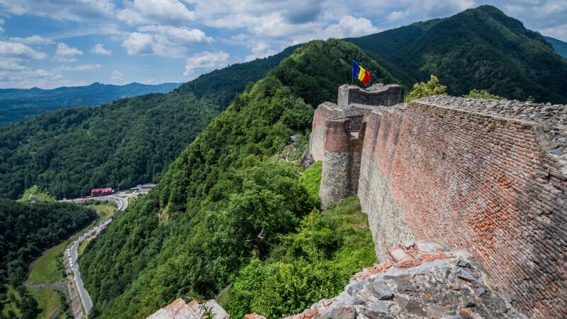 Turistii care vor sa viziteze Cetatea Poenari, intorsi din drum din cauza ursilor. Autoritatile dau vina pe vizitatori