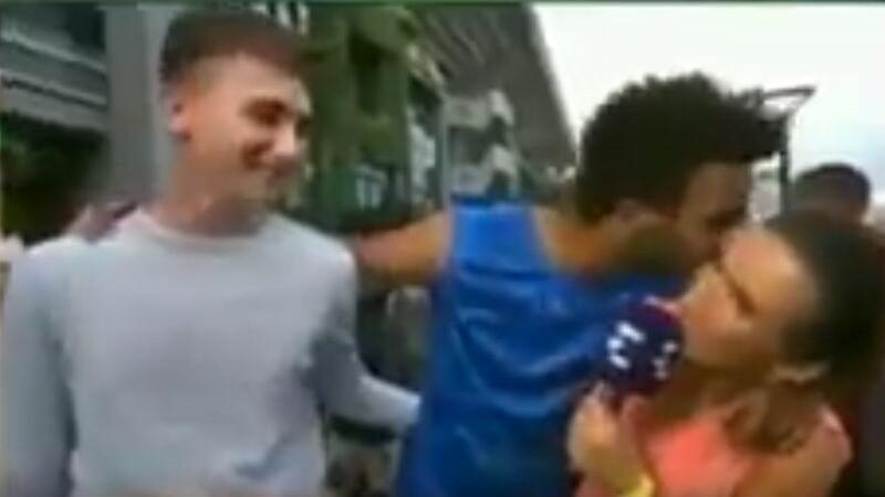 O reporterita a fost sarutata cu forta de un tenisman
