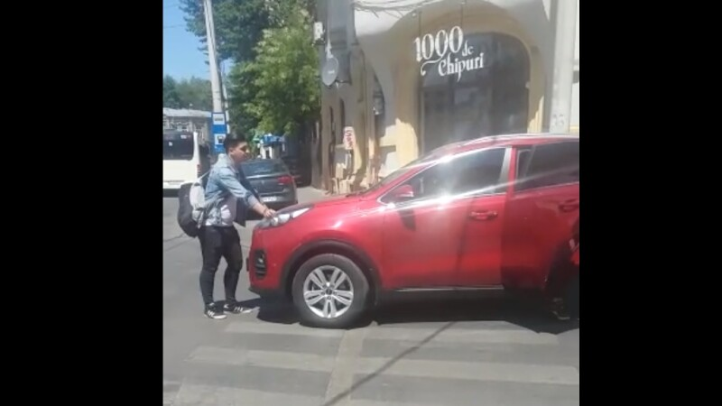 Tânăr luat intenționat pe capotă de un șofer, în Capitală, pentru că traversa prea încet. VIDEO