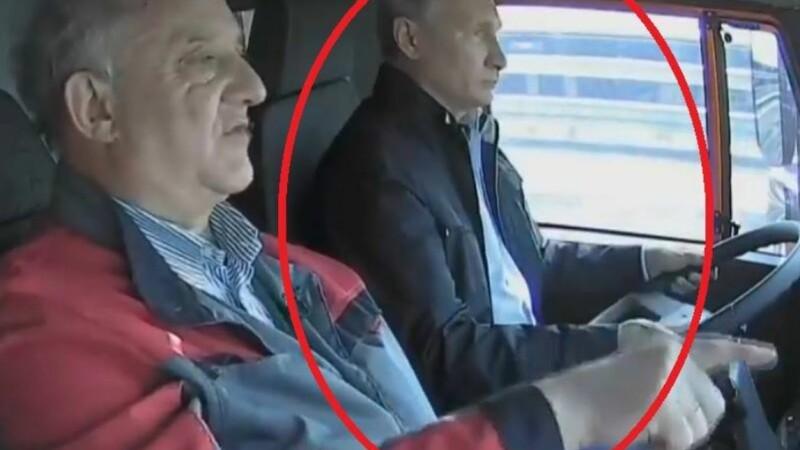 Putin a condus un camion Kamaz pe podul din Crimeea fără a purta centură