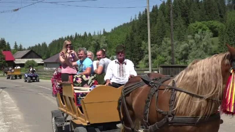 turisti in caruta in Bucovina