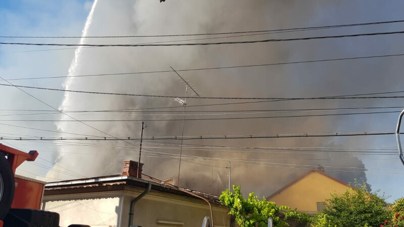 Incendiu în sectorul 2 al Capitalei. Au fost trimise opt maşini de pompieri