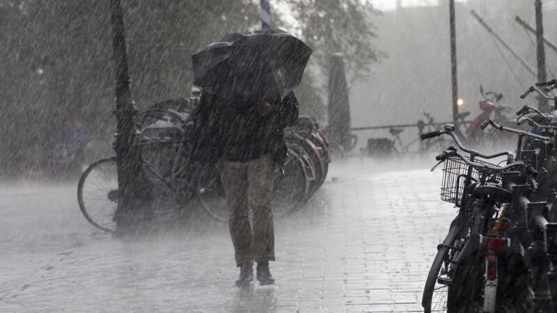 Cod galben de ploi în şapte judeţe, miercuri, până la ora 10.00. HARTA zonelor afectate