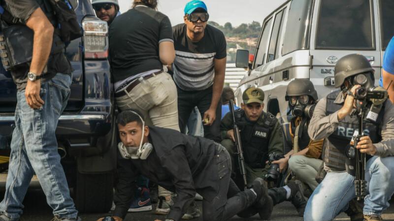 Lupte violente între susținătorii lui Maduro și Guaido. Mașinile armatei au trecut peste oameni - 3