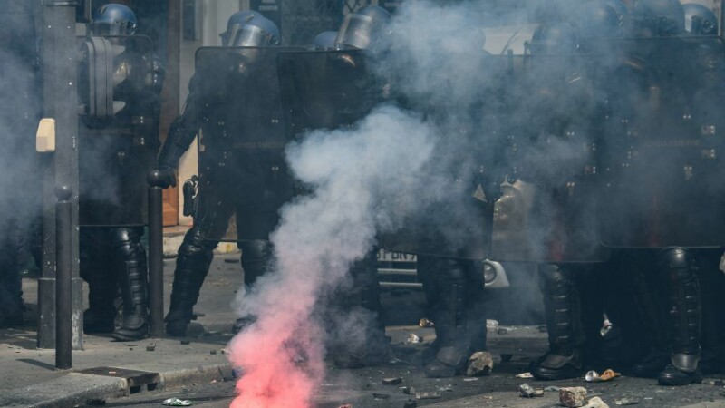 Bătăi de stradă în Franța de 1 Mai. Polițiștii, atacați de tineri mascați. VIDEO