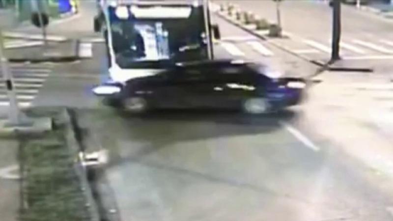Masina lovita de autobuz