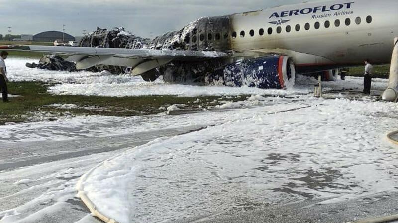 avion in flacari la Moscova, Suhoi Superjet 100 - 5
