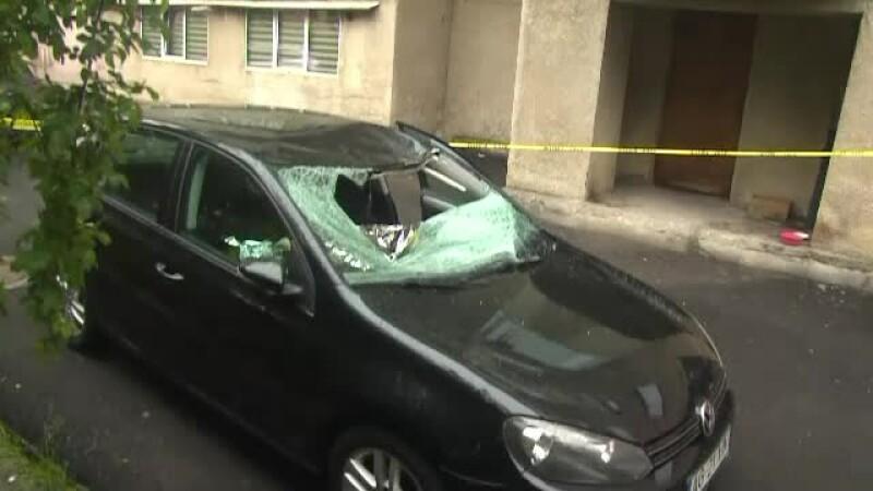 Un tânăr cu depresie a căzut de la etajul 8 pe o mașină parcată lângă bloc