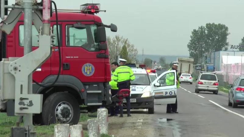 Anchetă după ce o mașină a ars pe marginea drumului, în Neamț. Șoferul nu a fost găsit