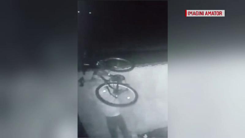 Momentul în care 2 tineri fură o bicicletă din curtea unui vecin