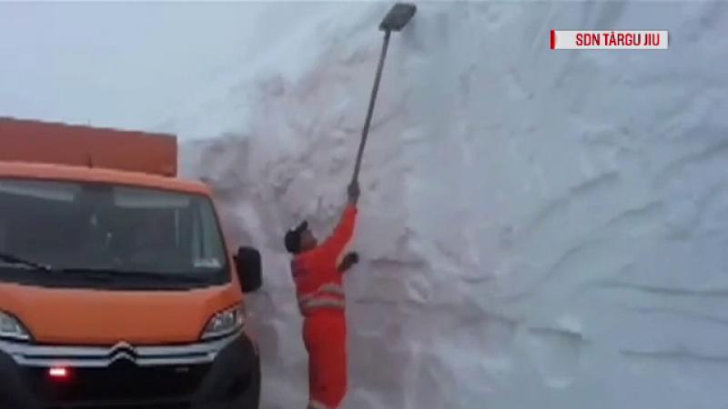 Drumul din România pe care stratul de zăpadă a ajuns și la 3 metri. Drumarii s-au dat bătuți