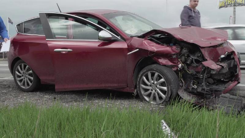 Șofer rămas blocat în mașina cu care a provocat un accident. Greșeala făcută la volan