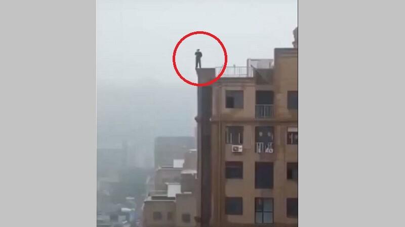 Momentul în care un tânăr se prăbușește de pe o clădire când își face un selfie. VIDEO