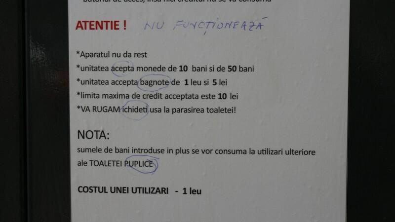 Instrucțiuni cu greșeli gramaticale pe toaletele publice instalate la Galați înainte de mitingul PSD