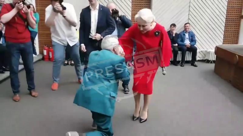 Un bărbat s-a pus în genunchi în fața Vioricăi Dăncilă în Satu Mare și i-a făcut o declarație. VIDEO