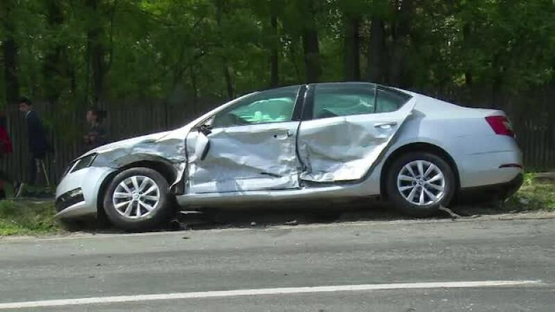 O șoferiță de 33 de ani a intrat pe contrasens și a lovit o mașină în care se afla o familie