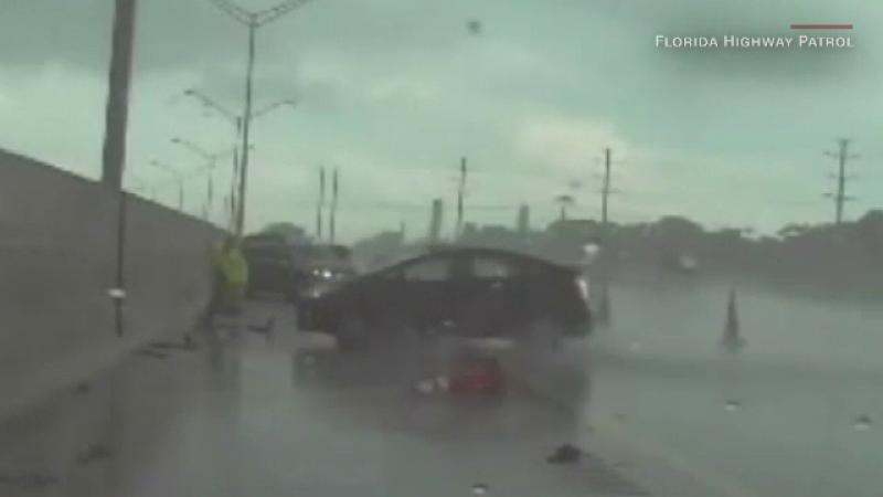 Momentul în care un poliţist evită o maşină care era cât pe ce să-l lovească