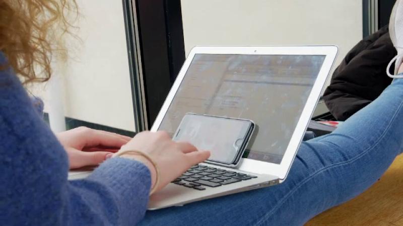 eleva cu laptopul in fata