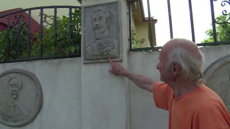 Gardul unei gospodării din Dâmbovița, magnet pentru trecători