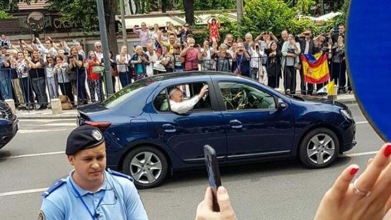 Papa în România. Momentul în care a deschis geamul mașinii pentru a saluta mulțimea