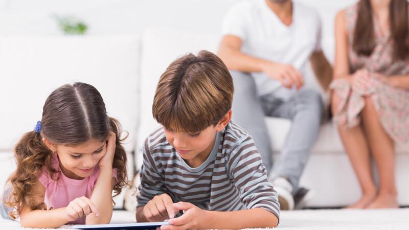 Ministrul Muncii: Părinţii care stau acasă cu copiii vor primi 75% din salariu, dacă şcoala va continua online
