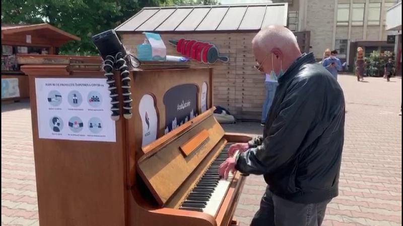Un pian a fost amplasat în centrul unui mare oraș din România. Trecătorii talentați se opresc să cânte