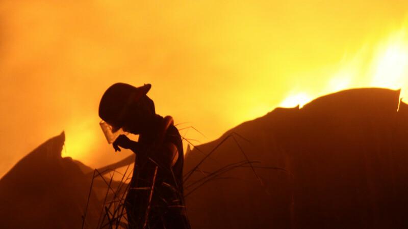 Descoperire șocantă: A fost găsit spânzurat în apropierea casei cuprinse de flăcări