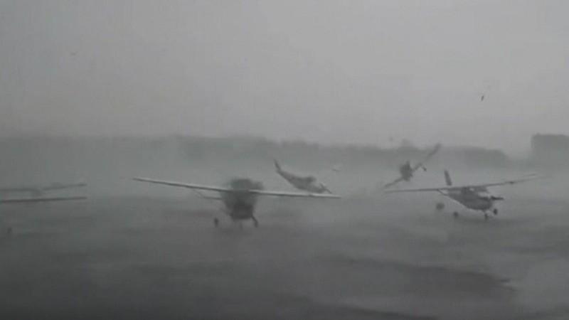 Tornadă puternică în SUA. Mai multe avioane din Carolina de Sud au fost avariate