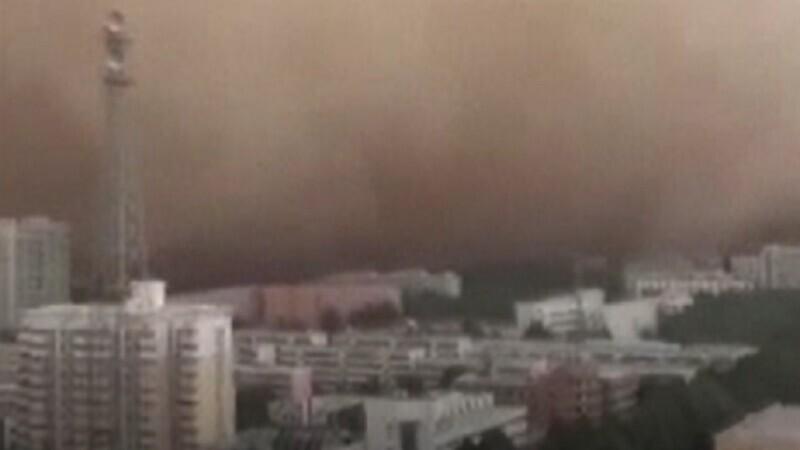 Furtună uriașă de nisip în China. Oamenii au fost avertizați să nu iasă din case