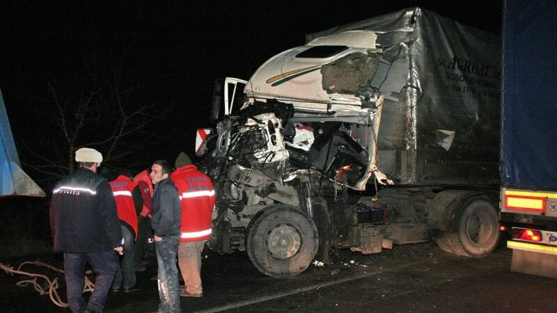 Grav accident in judetul Neamt: doua tiruri s-au izbit frontal