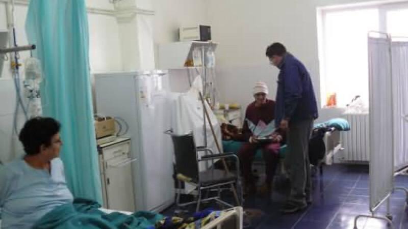 Barbatii au fost uitati de rude in spital