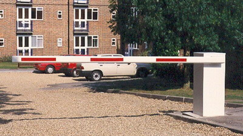 Un sofer de camion a plecat la drum cu tot cu o bariera