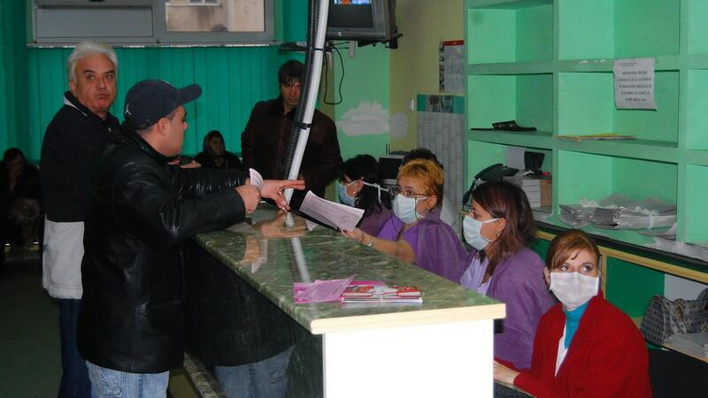 Functionari cu masca