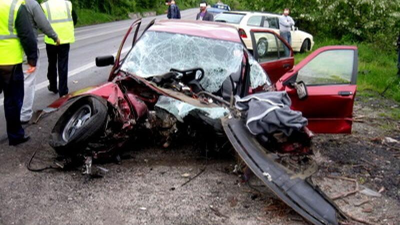 Accident, masina intrata sub un TIR