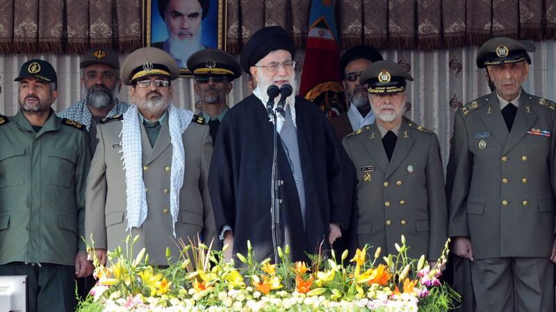 Liderul iranian, (ayatollah) Ali Khamenei (centru)