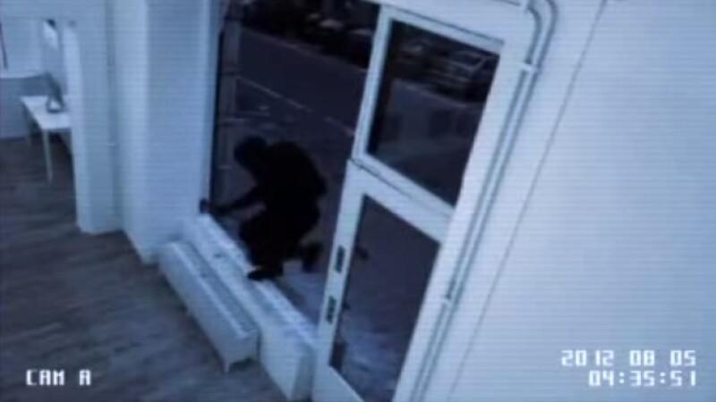 Reclama zilei: Firma care termina de reparat geamul spart de hot inainte ca jaful sa se termine